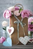 Szent Valentin-nap vízszintes háttér, virágok, szívek egy