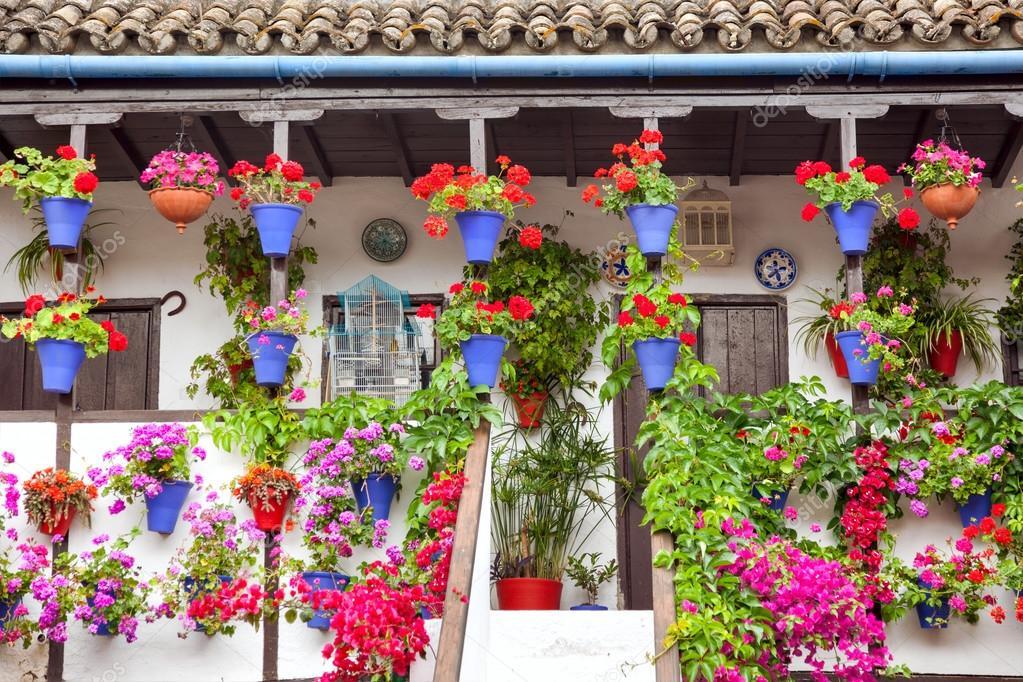 Típica Terraza Balcón Decorada Con Flores Rosadas Y Rojas