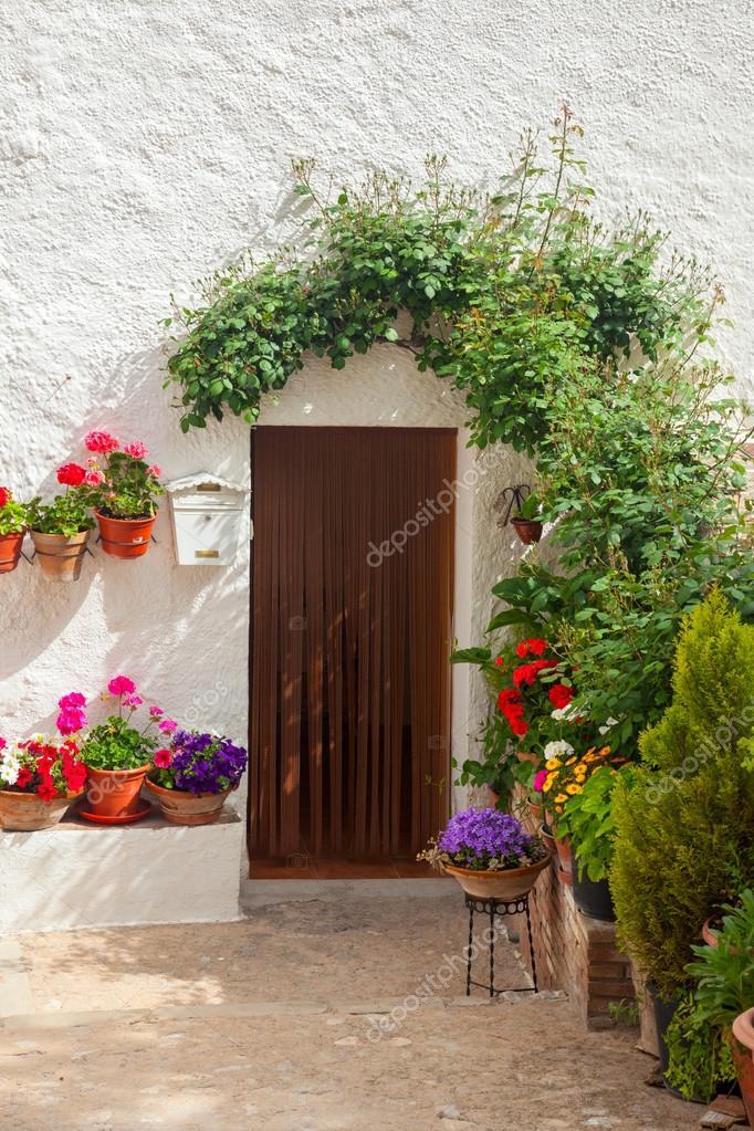 Traditionelle Mediterrane Haustür Dekoriert, Blumen Und Blumentopf Auf  Weiße Wand, Europäische Reise U2014 Foto Von A_taiga