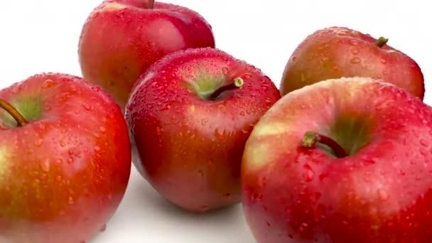 červené lahodné jablko izolované na bílém