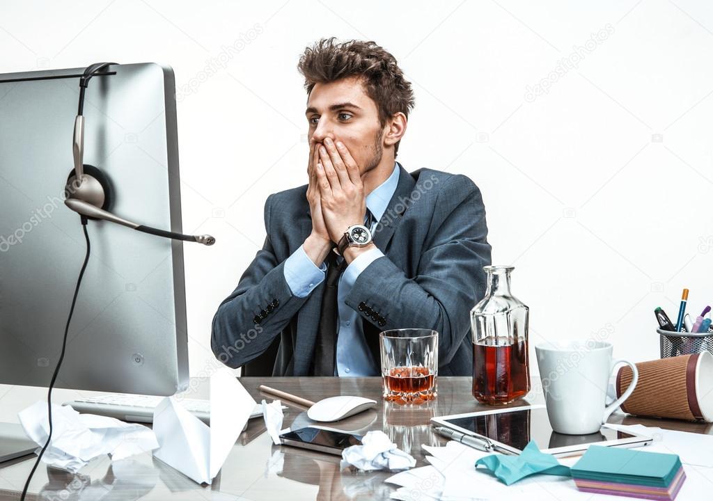 Look Ufficio Uomo : Uomo d affari era inorridito a guardare lo schermo del computer