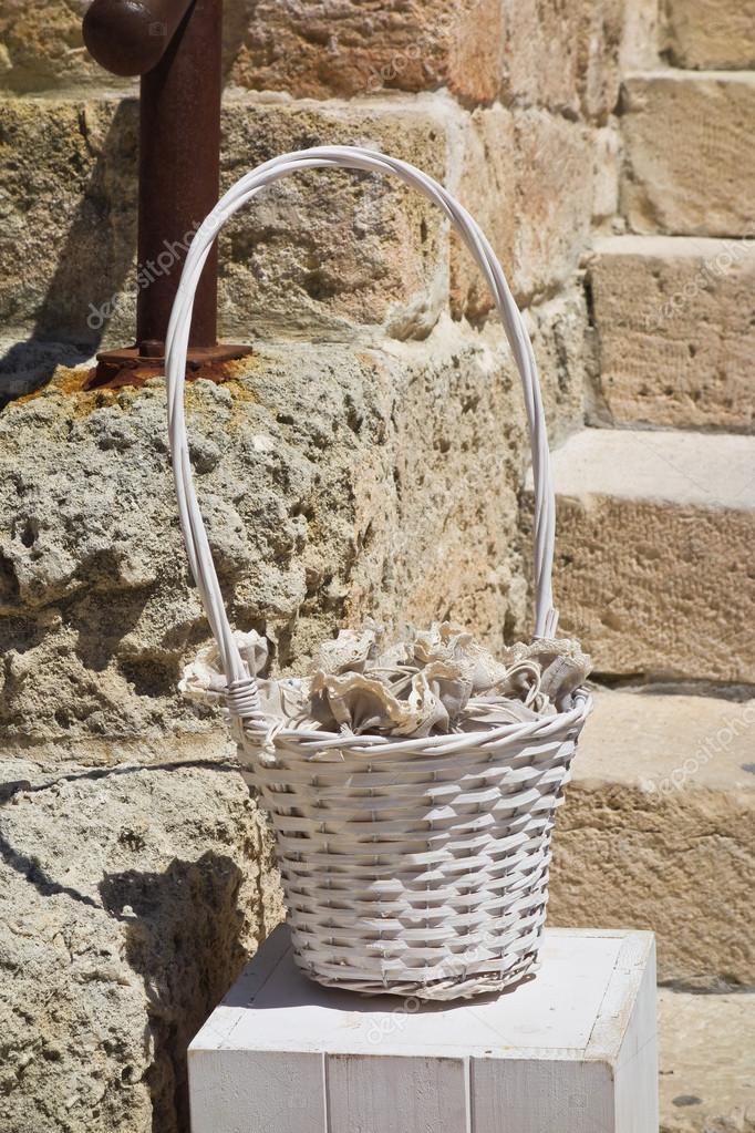 Proutěný koš pro svatební hostinu — Stock Fotografie © milla74 ... 7c6226a1408