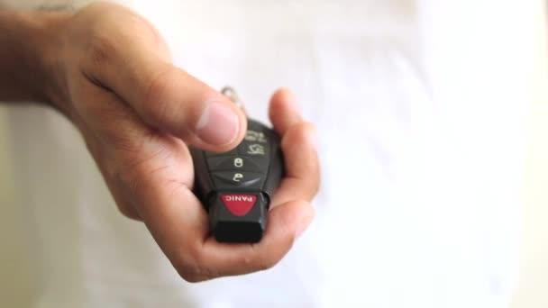 Premendo più volte il pulsante chiave auto panico