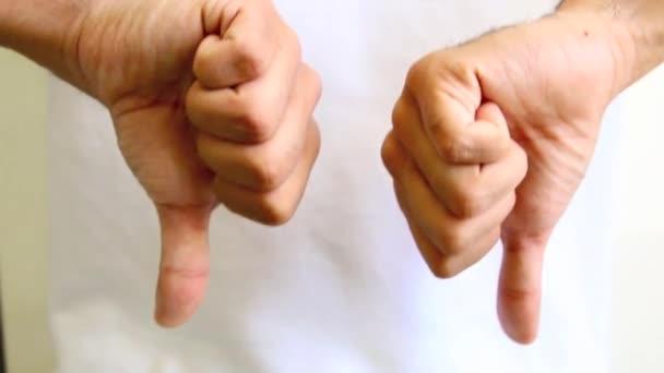 Ruka dává palec nahoru a dolů