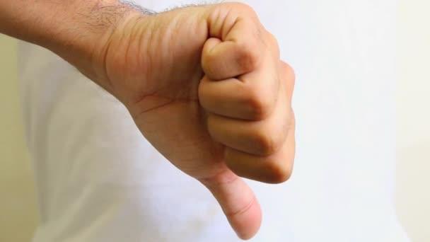 Kéz hüvelykujját lefelé vagy felfelé