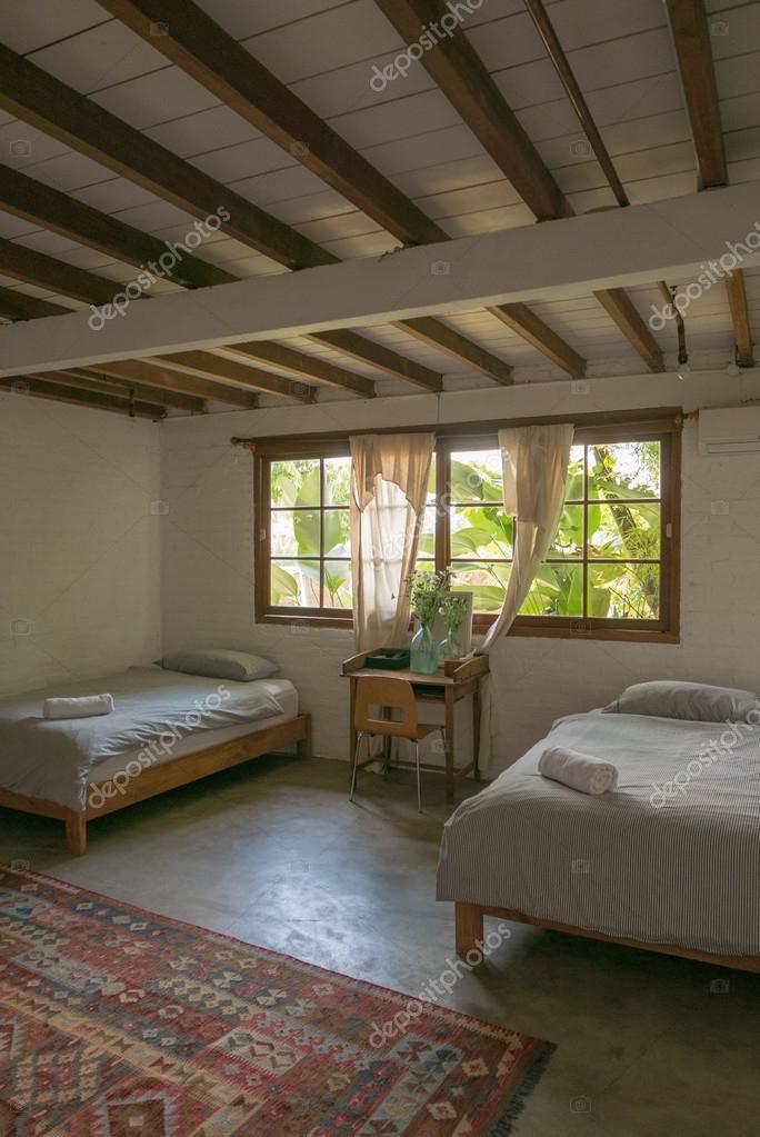gem tliche helle schlafzimmer mit holzdecke und m bel stockfoto piccaya 110544414. Black Bedroom Furniture Sets. Home Design Ideas