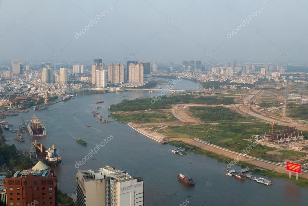 2b73a5df6a84 Πόλη Χο Τσι Μιν εναέρια θέα στον ορίζοντα με μικρά χρωματιστά σπίτια  κατοικιών και τον ποταμό