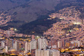 Fotografie Stadtansicht von Medellin bei Nacht, Kolumbien