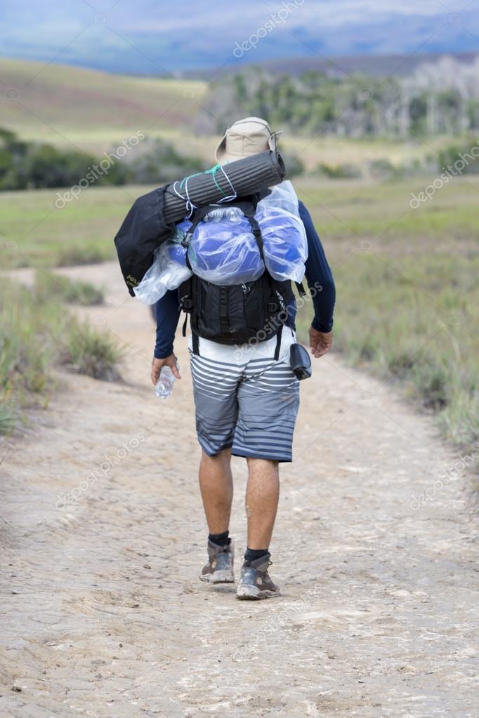 Uomo che con lo turistico zainoRoraimaVenezuela cammina europeo dCxeorB