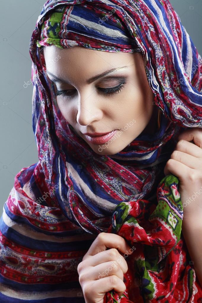 femme arabe portant foulard sur la t te photographie lenanet 73905981. Black Bedroom Furniture Sets. Home Design Ideas