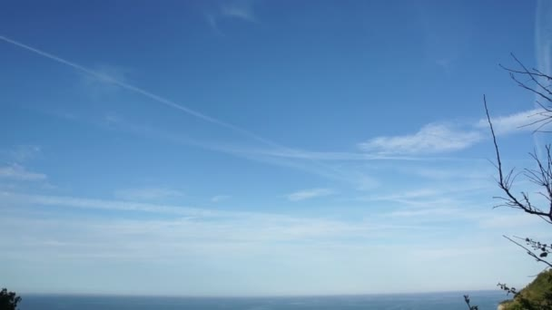 Krásné nebe v Golden hodinu na italském pobřeží Jadranu. Zataženo