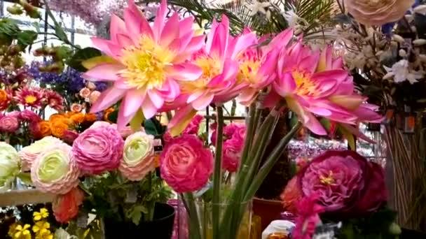 Velká kytice krásné červené a žluté chryzantémy