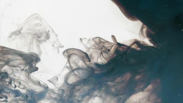 V šíření podivné mraky se zobrazuje noční oblohu s hvězdami, tmavě šedé a modré kouř přes jasné pozadí
