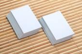 Két sor üres Business Card makett fából készült háttér