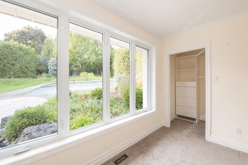 Stora fönster i sovrum — Stockfotografi © elenathewise #59667853