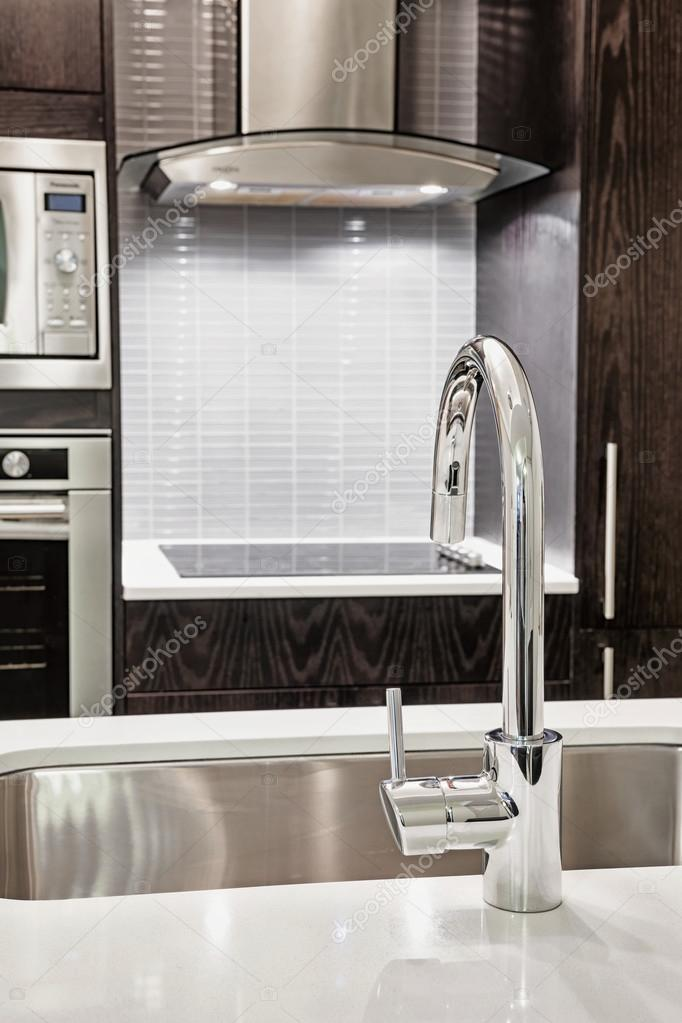 grifo y fregadero en cocina moderna — Fotos de Stock © elenathewise ...