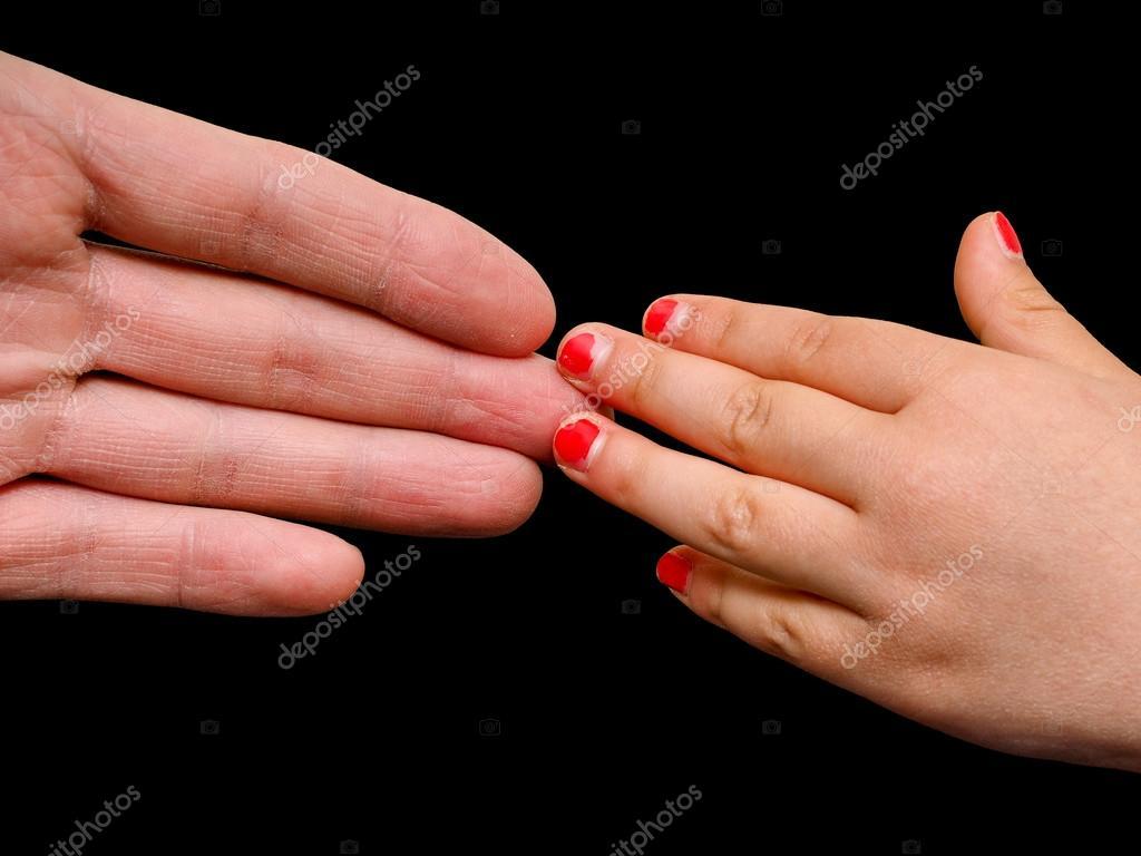Große Hand palm treffen kleine Mädchen Hand mit gebrochenen Rosa ...