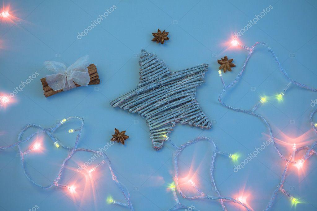kerstster in verlichting met kaneel stockfoto