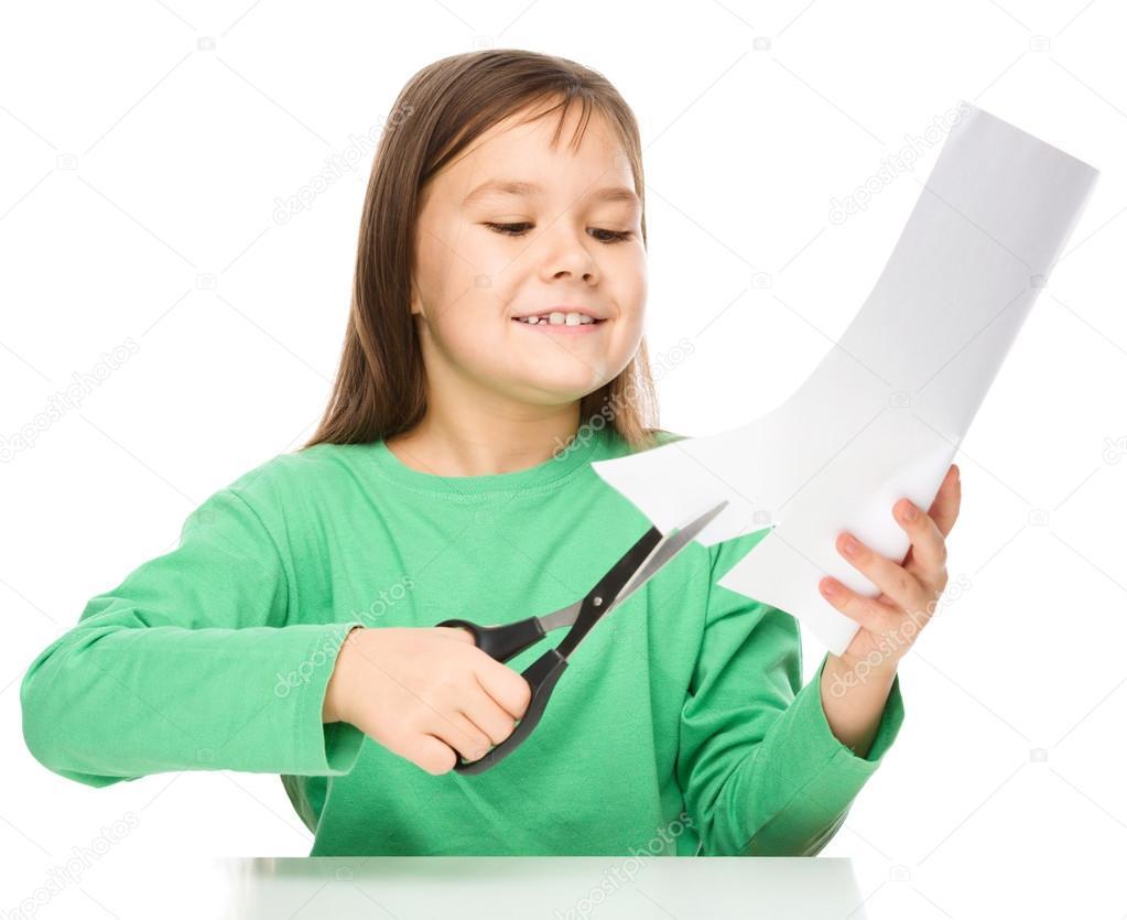 Niña es cortar papel con unas tijeras — Fotos de Stock © Kobyakov ...