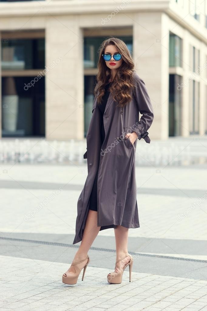 1f7a570cd2bb Donna elegante che cammina nella città — Foto Stock ...