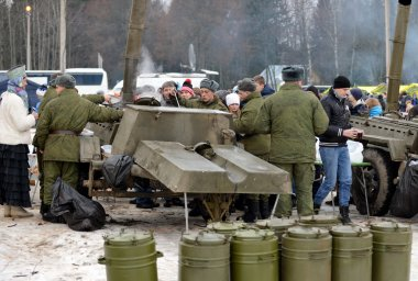 Soldiers fed the audience with a military field kitchen during the Christmas holiday.