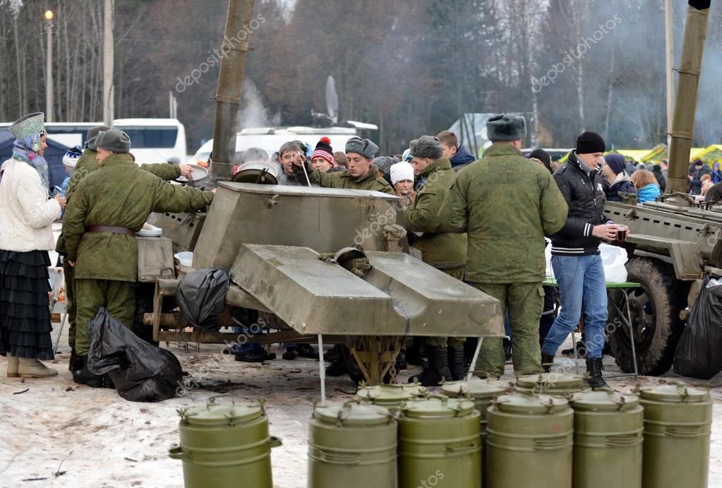 żołnierze Karmione Publiczność Z Kuchnia Polowa Wojskowa Na