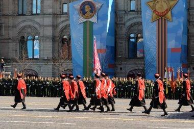 MOSCOW, RUSSIA-MAYIS 7, 2021: Moskova 'daki Kızıl Meydan' daki askeri geçit töreninin kostümlü provası sırasında Kuban Kazak ordusunun Kazakları