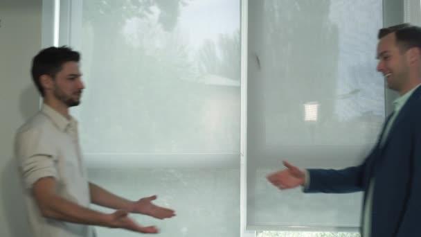 Kreativní neformální pracovní setkání dvou mladých mužů