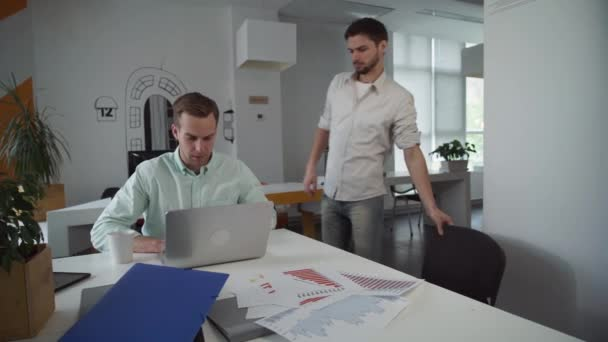 Pár kolegů, práce v kanceláři spolu brzy ráno
