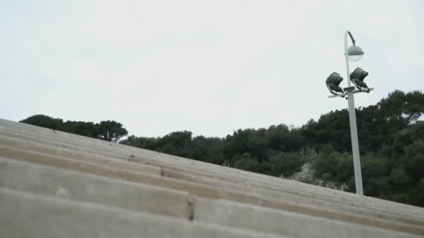 Žena nohy vyšplhat po schodech