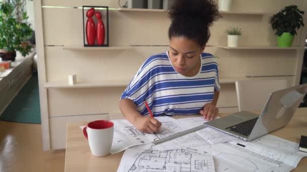 Sikeres nő építész helyes tervezés, a terv az irodában.