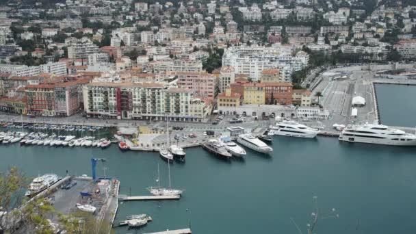 Vista della città europea con edifici e porto con yacht e barche.