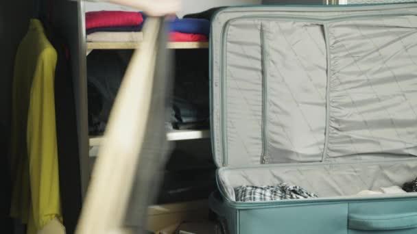 Žena sbalí kufr