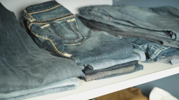 Come Sistemare I Jeans Nell Armadio.Mensola Con I Jeans Nell Armadio Video Stock C Loginovvados 95128682