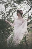 Nő a fehér csipkés ruhában