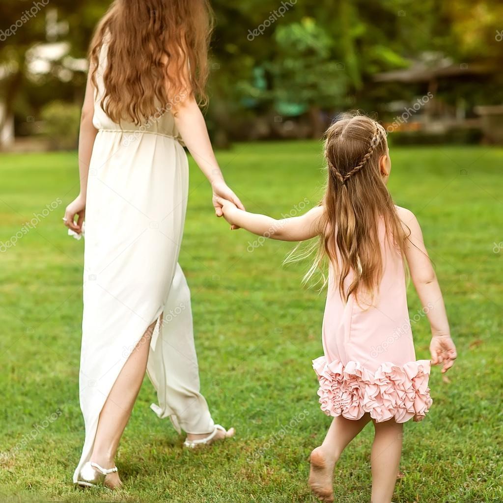 картинка дочка с мамой идут за руку после тяжелого