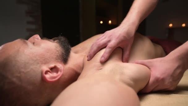 Sportmassage der Brustmuskulatur und des Solarplexus für einen männlichen Athleten. Professionelle Physiotherapie