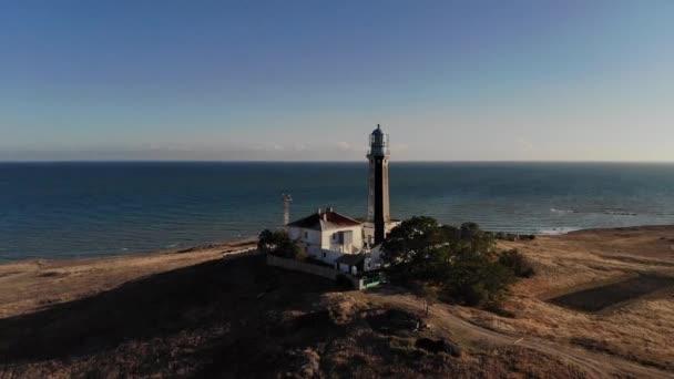 Vzdušný výhled na pobřežní maják stojí na pobřeží nebo oceánu. Historické budovy pro zvláštní účely
