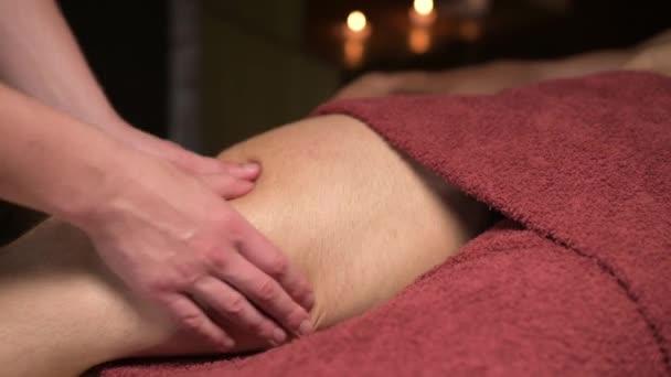Nahaufnahme Massage des Oberschenkels für einen Mann-Sportler. Sportmassage und Verletzungen der Hüftmuskulatur