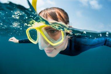 Sarı maskeli Freediver