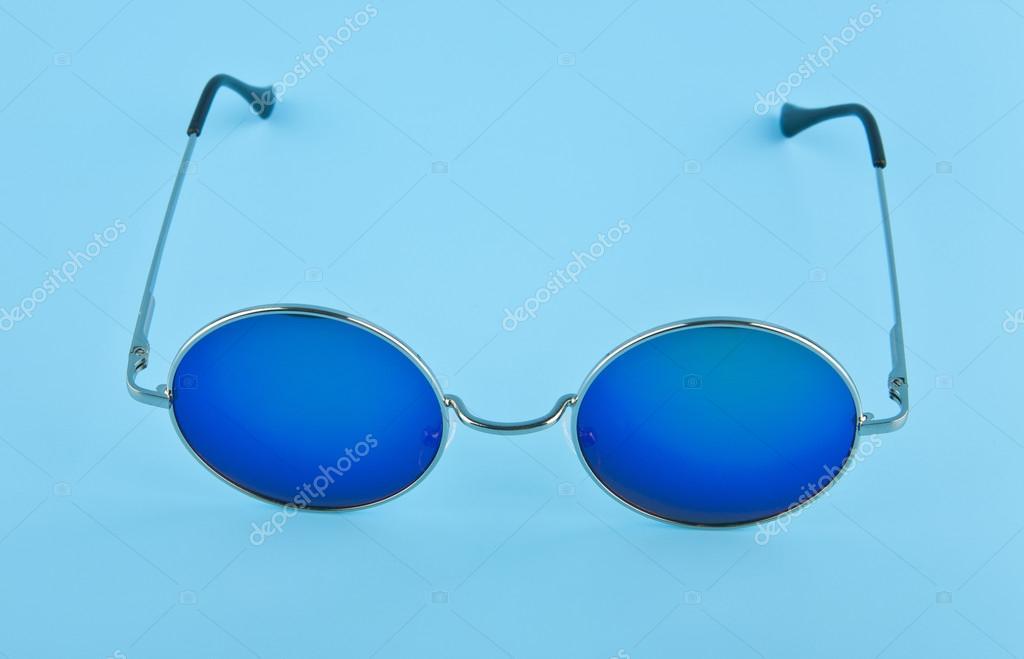 0e5c640025f18 Lunettes rondes avec des lunettes noires et bleues sur fond bleu closeup —  Image de ...