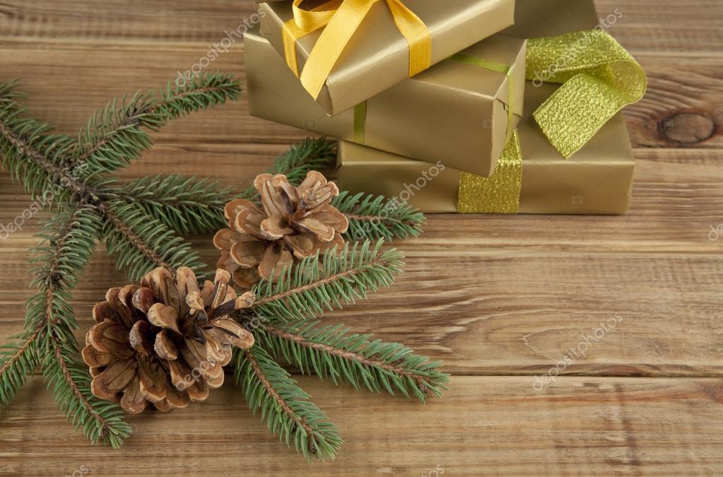 Zweig der Tanne und Geschenke — Stockfoto © valzan #95872306