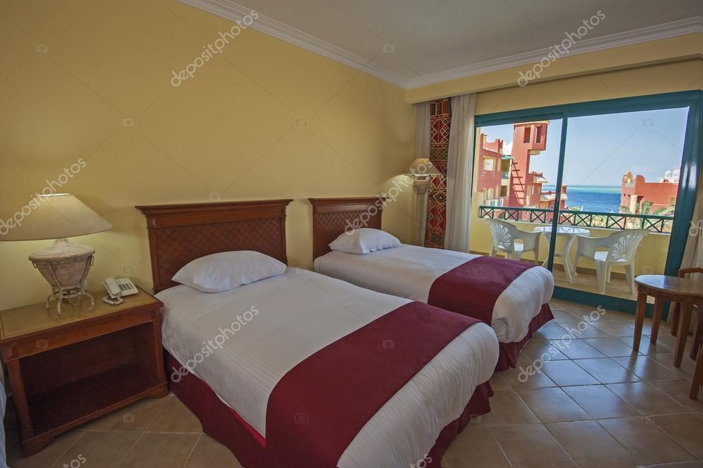 Hotel Slaapkamer Inrichting : Interieur van een luxe hotelkamer met balkon u stockfoto