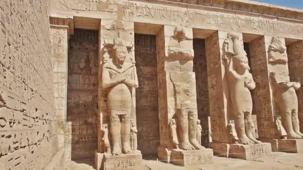 Sochy v chrámu v Medínit Habu Luxor Egypt