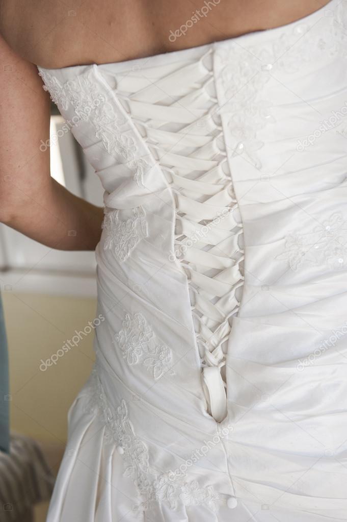 la parte posterior de un vestido de novia de novias — foto de stock