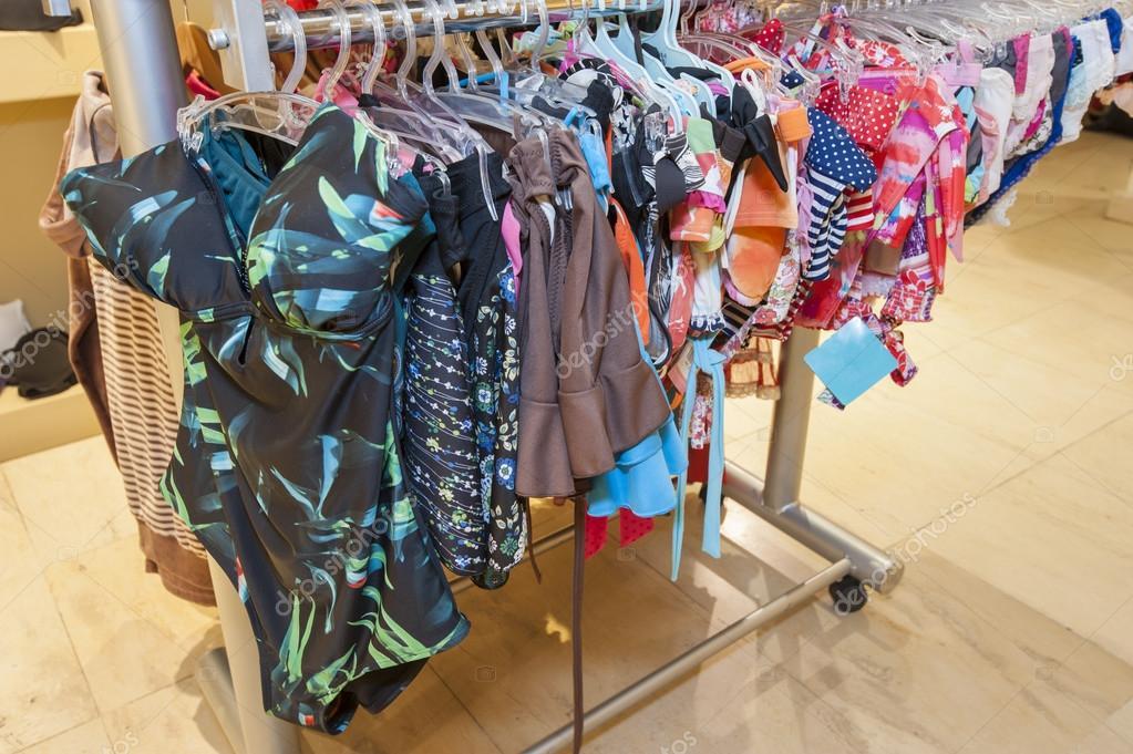 Costumi da bagno in esposizione nel negozio dei vestiti — Foto Stock ...