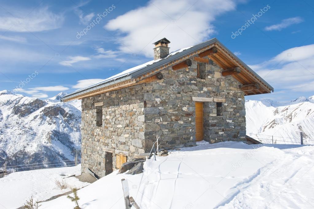 Capanna di montagna isolata nella neve foto stock for Rifugio in baita di montagna