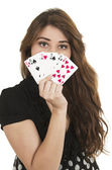 Hezká brunetka mladá dívka drží balíček karet