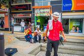 Unidentify domácí člověk, který pracuje kávové plantáže nakupování na hlavní obchodní třídě Arménie, Kolumbie