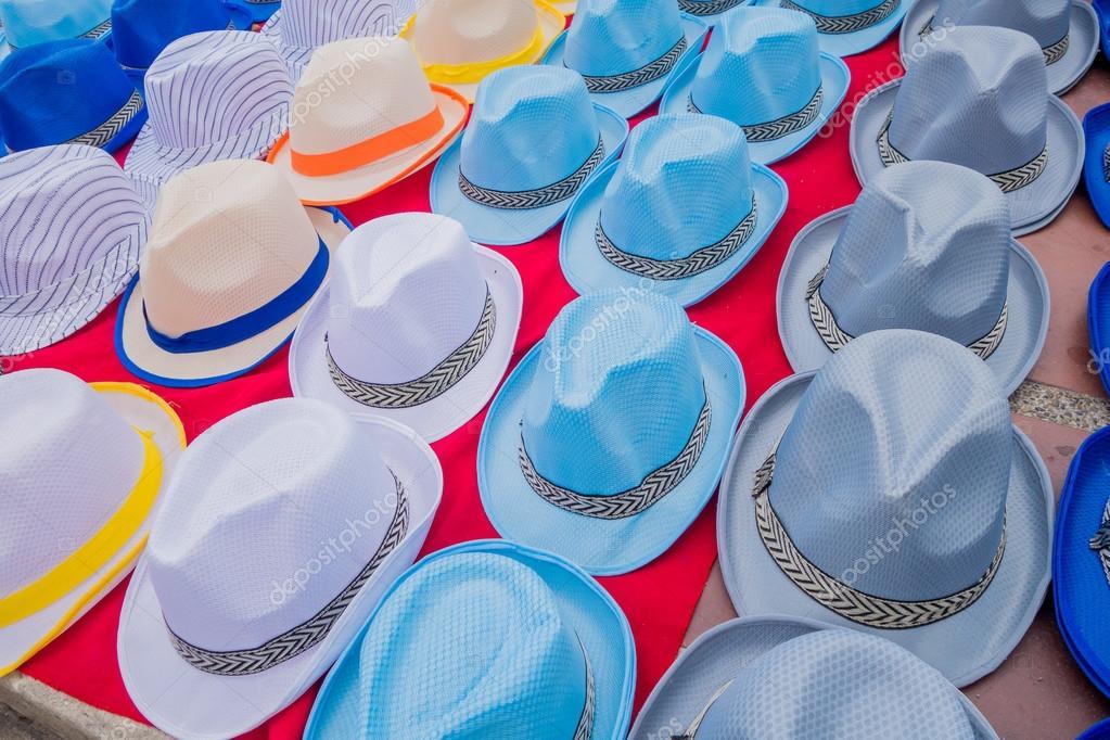 af9432bba3a Tradiční kolumbijské barevné slaměné klobouky od pouličních prodavačů v  Colombias nejdůležitější folklorní slavnost